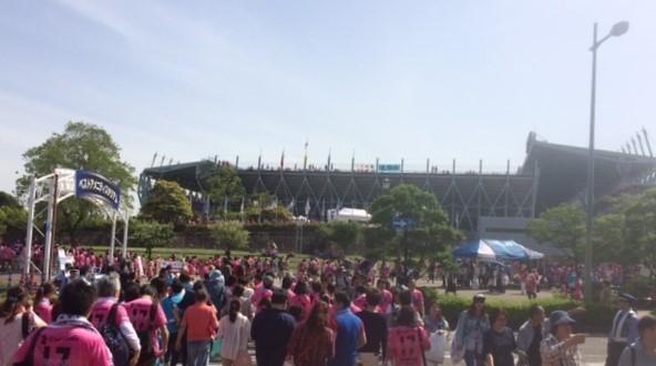 都市公園からスタジアムを眺める (2).JPG